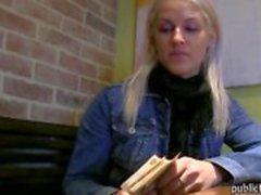 Sexig blond amatör babe offentliga toalett doggy näven