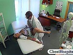 Horny Hekimin hastanesinde yaptığı sıcak hemşirenin yardımcısı sikikleri