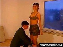 reizvolle jungen heißen Army girl gibt Blowjob und wird gefickt