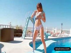 Ivana provocándola hot body con una manguera de la piscina