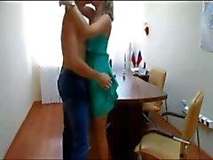 Amateur couple baiser bureaux