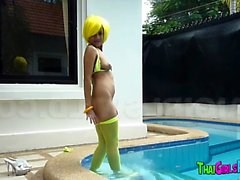 Thailändskt hora i bassängen