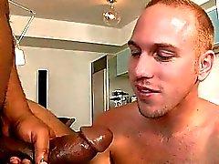 Sexy boy essaie à avaler