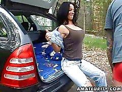 Busty amatör fru körd hårt utomhus