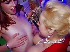 Partei bei Hot Chicks zwei Pinkelndes