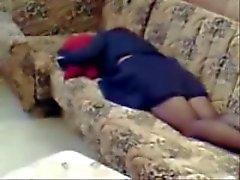 Spying mia mamma casa da soli masturbarsi sul divano a