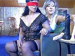 Lesbian Mature tenta alcune fica Giocco con dildo bendato