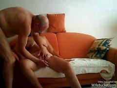 Echtes Paar Sex auf ihren orange Sofa
