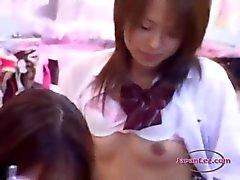 Office Lady körd med Strapon Samtidigt står vid ett Schoolgirl I baksidan av Lingerie Sho