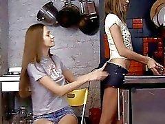 Genç kızlarımıza oynarken yapay penis