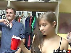 Unheimlich noble und sexy Party in einer Studentenbude