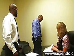 Bir sarışın sekreter iki siyah dudes sikikleri