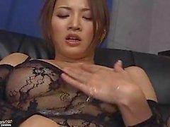 Japanese lubrificati infila un dildo suo twat hairy