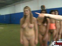 Rushes machen mit Schulschwestern in Fußballfeldern