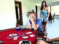 Coudelaria perde seu belíssimo mamãe enorme boobed em um jogo pôquer