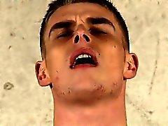 Gay porno film genç bir çıplak kara penisi sanatın Dominant bir twink