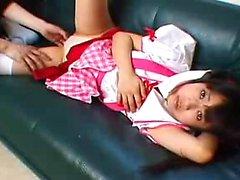 Pigtailed asiatischen Schulmädchen zeigt ihre Honig Loch und pleas