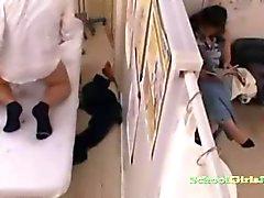 Schoolmeisje gemasseerd Fingered geschoren kutje geneukt door de masseur Creampie On The Massage Bed