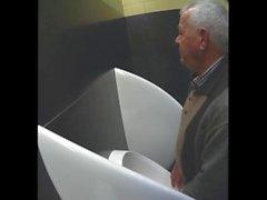 urinoir pissing