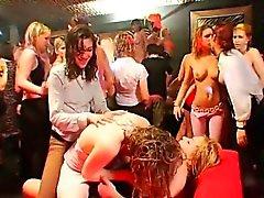 Wilde Mädchen sind mit sehnend während Orgie Party drenched