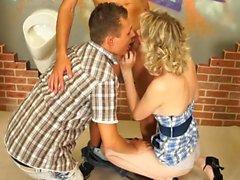 Hot Babe hat Spaß mit zwei Jungs