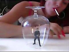 Seksikkäitä tupakointialue Giantess kanssa Toy nukkesi