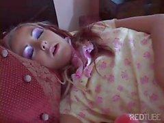 Hot teen baby sitter bionda con tette piccole venga ha disossato da due i cazzi