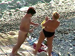 Le sexe sur une plage . femelles