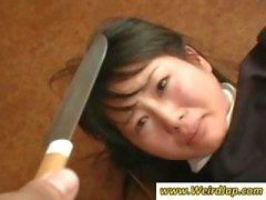 Asiatiska pigor blir förnedrad och behandlas som skit i det här klippet