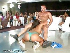 Schlampe wird Nackt und saugt Stripper Bei Party