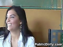 Bruns exhibitionniste amateur de seins Sur une table public