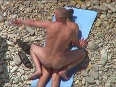 Kama Sutra sur la plage. Leo russe