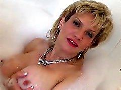 Infedele britannico Milf branchie Ellis espongono i grandi boobies