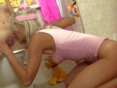 Jovens lésbicas loira e morena tem uma porra de diversão no banheiro