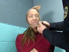 Pobre menina escrava recebe um mau tratamento BDSM lezdom
