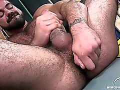 Рики всасывает фаллоимитатором после того как он сделала толкать он его задницу