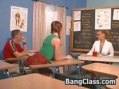 Öğretmen ilesınıf odasında sıcak bir üçlü