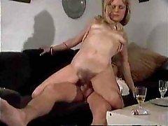 Titty Ubriaco Milf Ottiene Stretched & Creamed su un divano