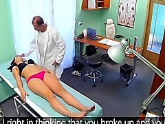Brunette Jeune creampied par un médecin hospitalisés