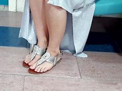 Les longs feets naturels sexy de Fr ont pédicuré des orteils frais