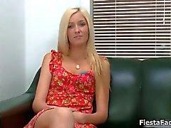 Söpö blondi tyttö tulee hänen ensimmäinen