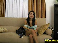 Heitto newbie nai kääpiöksi sohvalla