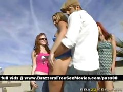 Warm Babes bei einer Party tanzen