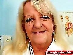 A avó em uniforme difunde desgrenhada loiros buraco de xixi