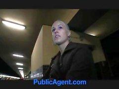 Chaude blonde veille dudit agent sur qu'un train et obtient d'une bouchée