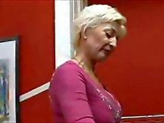Grand maman adore Libertine jeune mâle .