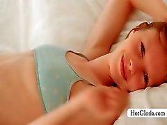 Upphetsad bedövning Gloria spelar med hennes sexiga bröstvårtor
