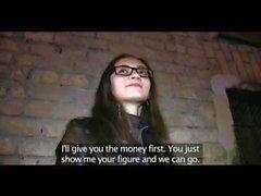 PublicAgent Rus bebek Alexis gözlüklerinde nakit için becerilir