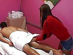 Chick utför avslappnande men ändå massage en man