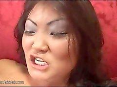 Kirli Asya fahişe emmek ve şişman bir siyah dick anal binmek